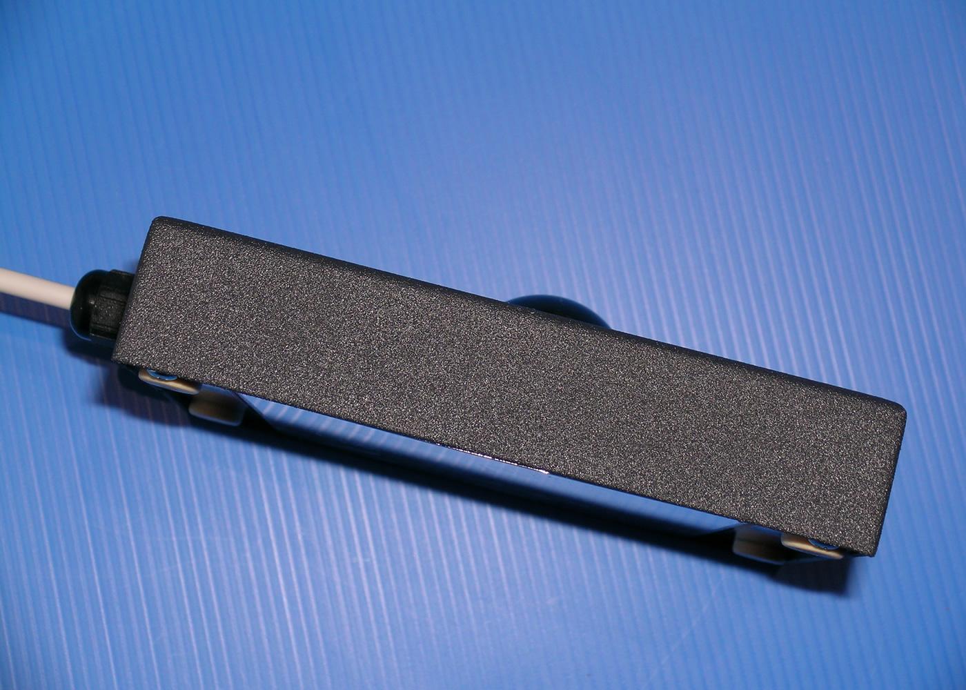Trackball 38mm industrielle en boitier de table – Vue de coté