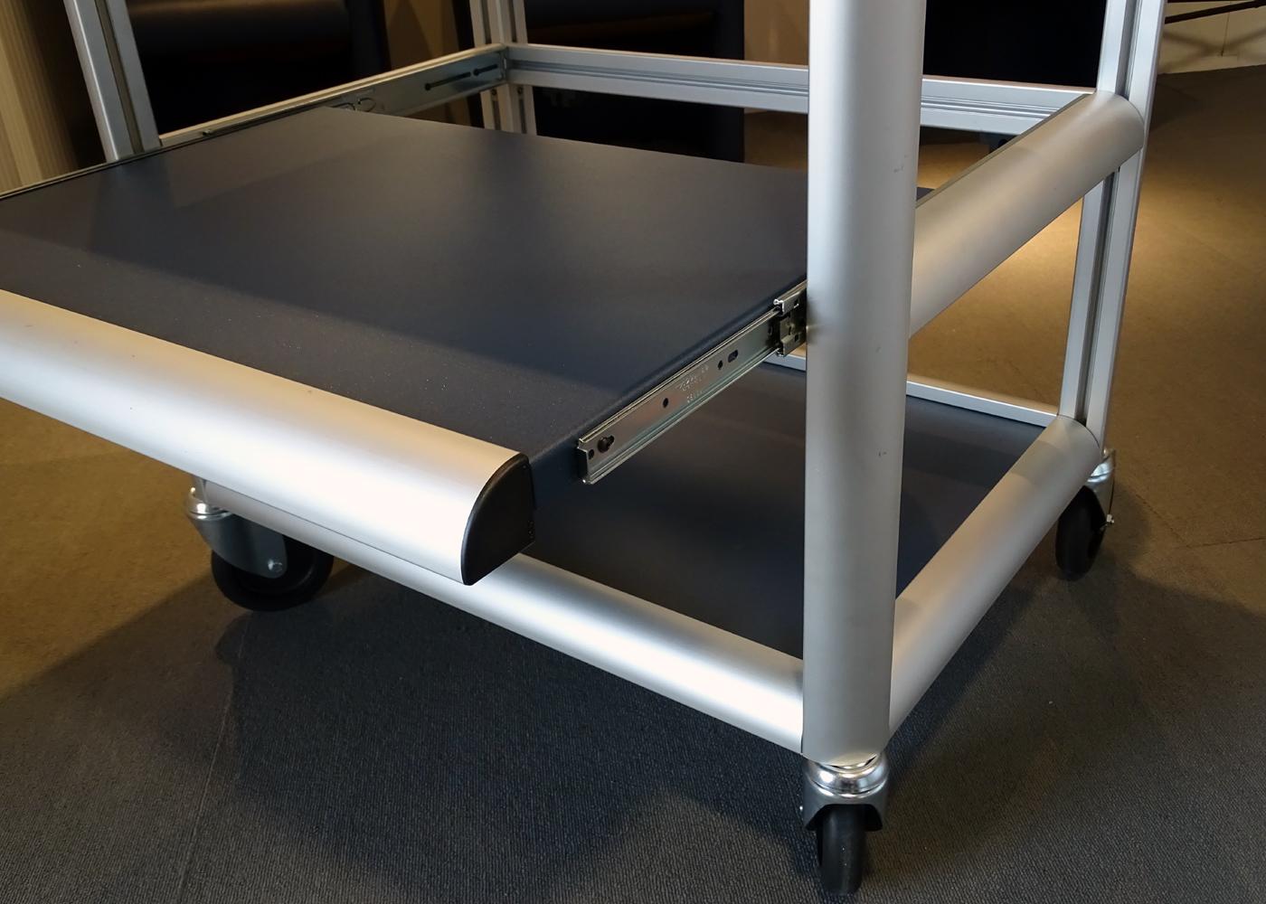 Chariot logistique NX557-04 – Détail plateau coulissant sur glissières haute fiabilité