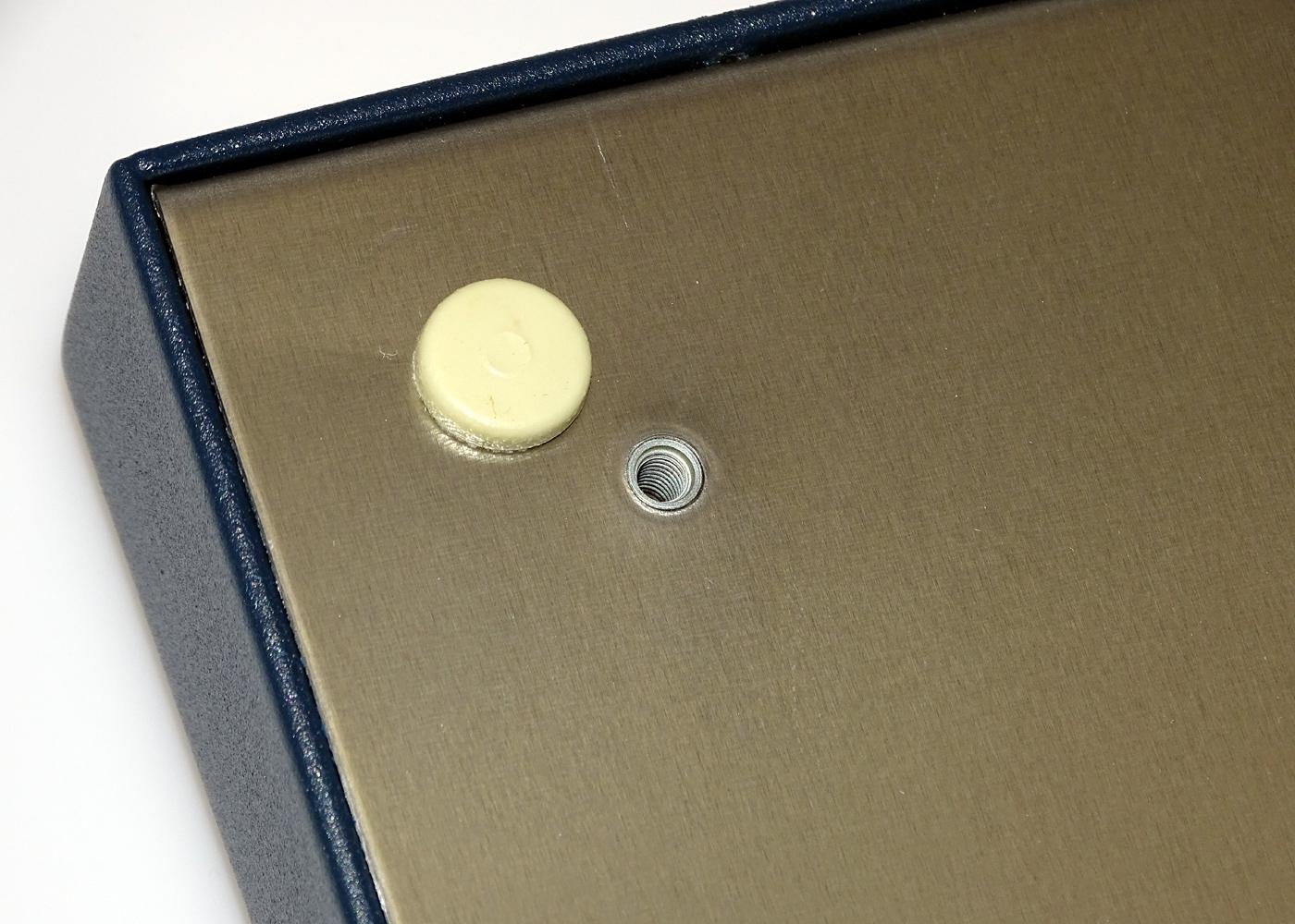Clavier industriel 105 touches en boitier de table – détails pied et insert taraudé