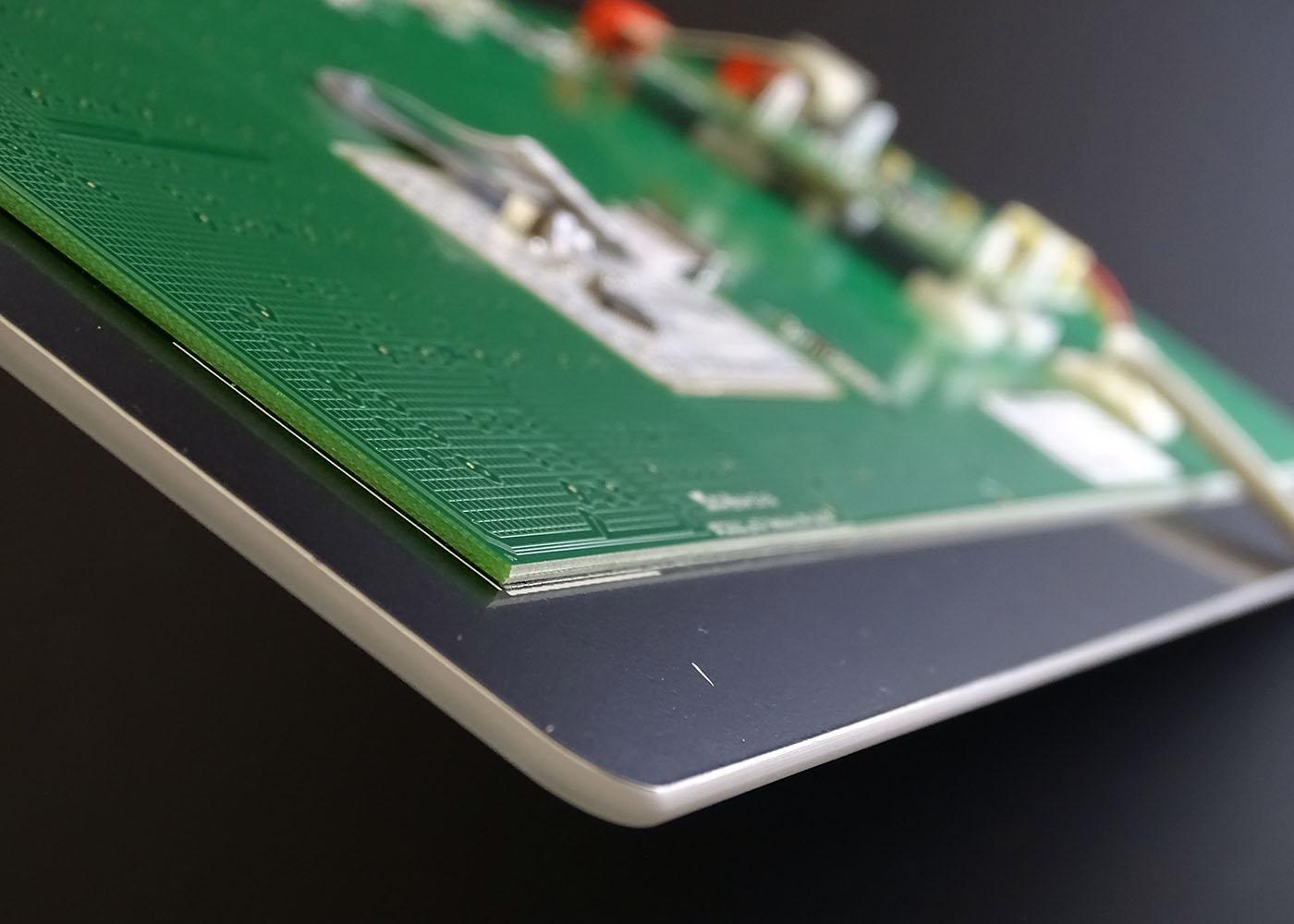 Clavier verre tactile intégrable en panneau – Vue de côté